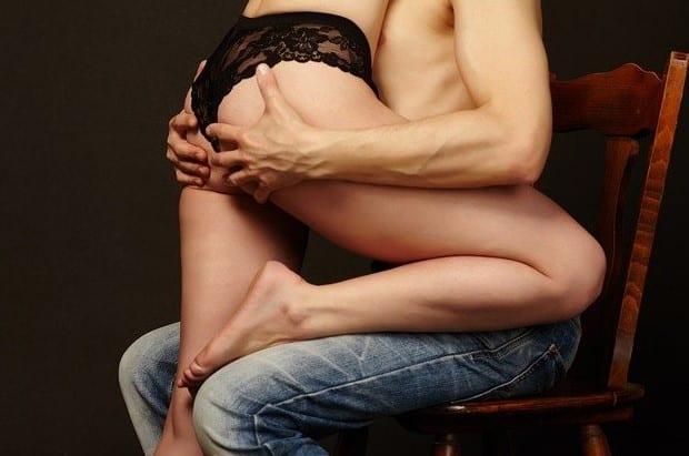 rencontre libertine nime couple tendresse assis enlacer